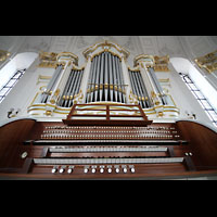 Hamburg, St. Michaelis, ''Michel'' (Krypta-Orgel), Spieltisch und Konzertorgel perspektivisch