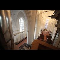 Hamburg, St. Katharinen (Chororgel), Blick von einem der 32'-Pedaltürme in die Kirche - rechts das Rückpositiv