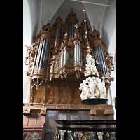 Lübeck, St. Ägidien, Orgel; im Vordergrund: Taufbecken (1453) mit barockem Figurenschmuck (1710)