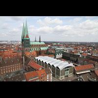 Lübeck, St. Marien (Hauptorgel), Blick vom St. Petri-Kirchturm auf St. Marien und den historischen Marktplatz