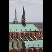 Lübeck, St. Marien (Hauptorgel), Strebepfeiler des Chors und Vierungsturm; im Hintergrund der Kirchturm von St. Jakobi
