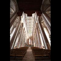 Lübeck, St. Marien (Hauptorgel), Innenraum in Richtung Chor, oben die Unterseite der Pedaltürme und des Rückpositivs