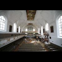 Kaufbeuren, Dreifaltigkeitskirche, Blick von der hinteren Empore zur Orgel und zum Altar
