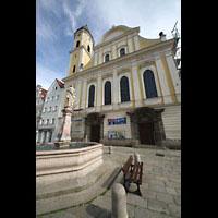 Kaufbeuren, Dreifaltigkeitskirche, Neptunbrunnen vor der Dreifaltigkeitskirche