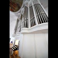 Kaufbeuren, Dreifaltigkeitskirche, Spieltisch und Orgel seitlich