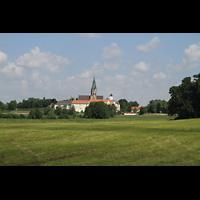 St. Ottilien, Erzabtei, Klosterkirche (Hauptorgel), Blick von einer der Zufahrtsstraßen auf die Klosteranlage