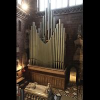 Chester, Cathedral, Große Pedalpfeifen im nördlichen Querhaus hinter der Orgel