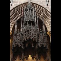 Chester, Cathedral, Schnitzwerk über dem Bischofsthron aus dem 19. Jh.