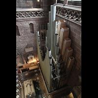 Chester, Cathedral, Blick von der Balustrade des Nordschiffs auf die großen Pedalpfeifen hinter der Orgel