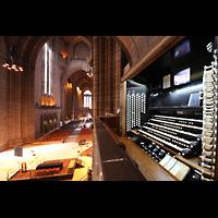 Liverpool, Anglican Cathedral (Hauptorgelanlage), Spieltisch und Blick ins Langhaus
