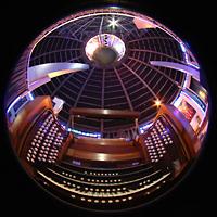 Liverpool, Metropolitan Cathedral of Christ the King, Gesamtansicht mit Spieltisch