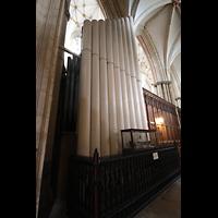 York, Minster (Cathedral Church of St Peter), Pedalpfeifen des Open Diapason 32' im rechten Chorumgang