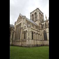 York, Minster (Cathedral Church of St Peter), Blick von Nordwesten auf den Vierungsturm und das 'Five-Sisters'-Fenster