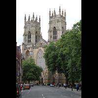 York, Minster (Cathedral Church of St Peter), Blick vom Duncombe Place auf die Westfassade mit Doppeltürmen
