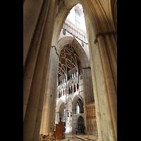 York, Minster (Cathedral Church of St Peter), Blick in die Vierung in Richtung nördliches Querschiff mit Uhr