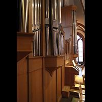Berlin (Zehlendorf), Pauluskirche (Bach-Orgel), Pedalpfeifen und Spieltisch der Hauptorgel