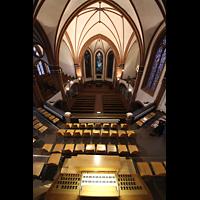 Berlin (Zehlendorf), Pauluskirche (Bach-Orgel), Blick vom Dach der Orgel auf den Spieltisch und in die Kirche
