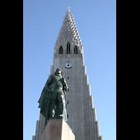 Reykjavík (Reykjavik), Hallgrímskirkja (Chororgel), Turm mit Skulptur von Leifur Eiríksson (Wikinger, Entdecker Amerikas)