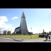 Reykjavík (Reykjavik), Hallgrímskirkja (Chororgel), Ansicht des Platzes mit Kirche von der Eiríksgata aus