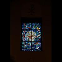 Skálholt, Skálholtskirkja, Buntglasfenster in der Rückwand