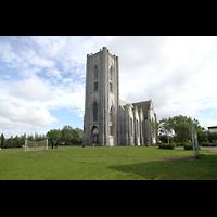 Reykjavík (Reykjavik), Landakotskirkja, Dómkirkja Krists Konungs, Christkönigs-Kathedrale), Außenansicht seitlich mit Kirchplatz