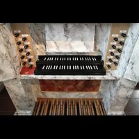Hafnarfjörður (Hafnafjördur), Kirkja (Romantische Orgel), Spieltisch der Barockorgel perspektivisch