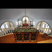 Hafnarfjörður (Hafnafjördur), Kirkja (Romantische Orgel), Blick über den Spieltisch der Emporenorgel in die Kirche