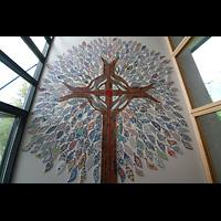 Hafnarfjörður (Hafnafjördur), Kirkja (Romantische Orgel), Kreuz-Mosaik im Kirchen-Vorraum