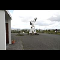 Kópavogur, Kópavogskirkja, Glockenturm mit Blick in Richtung Reykjavík