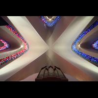 Kópavogur, Kópavogskirkja, Blick ins Gewölbe mit Orgel (Rückpositiv)