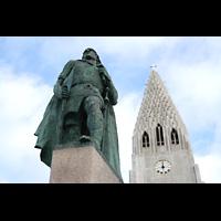 Reykjavík (Reykjavik), Hallgrímskirkja (Chororgel), Skulptur von Leifur Eiríksson (Wikinger, Entdecker Amerikas) vor dem Turm