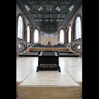 Neubrandenburg, Konzertkirche St. Marien, Blick auf den mobilen Spieltsich und zur Orgelbühne