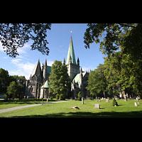 Trondheim, Nidarosdomen (Wagner-Orgel), Außenansicht mit umliegendem Friedhof