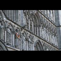 Trondheim, Nidarosdomen (Wagner-Orgel), Figuren and er Westfassade, mit Blumenschmuck: Der heilige Olav