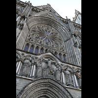 Trondheim, Nidarosdomen (Wagner-Orgel), Imposante Fensterrosette über dem Hauptportal und der ersten Christus-Stufe