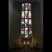 Bodø (Bodo), Domkirke, Buntes Glasfenster im Chor