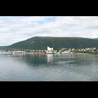 Tromsø - Tromsdalen, Ishavskatedralen (Eismeer-Kathedrale), Anfahrt mit der Hurtigruten mit Blick zur Kathedrale