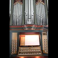 Brønnøysund (Brönnöysund), Kirke (Kleine Orgel), Spieltisch und Hauptorgelprospekt