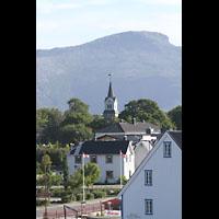 Brønnøysund (Brönnöysund), Kirke (Kleine Orgel), Außenansicht vom Hafen / von der Hurtigruten aus gesehen