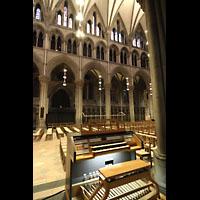 Trondheim, Nidarosdomen (Wagner-Orgel), Spieltisch der Chororgel und Chororgel im Triforium