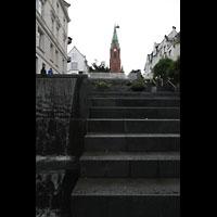 Bergen, Johanneskirke, Treppenstufen zur Kirche mit Wasserfall