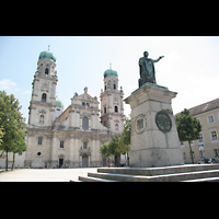 Passau, Dom St. Stephan, Domplatz mit Dom und Maximilian-Denkmal