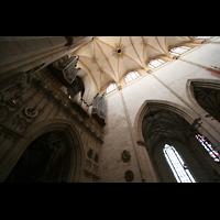 Ulm, Münster (Hauptorgel), Blick ins Deckengewölbe mit Hauptorgel