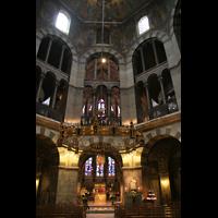 Aachen, Dom St. Marien (Hauptorgelanlage), Oktogon mit Barbarossaleuchter und Hauptorgel