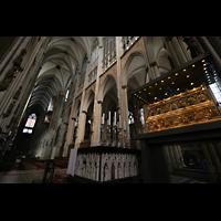 Köln, Dom St.Peter und Maria (Truhenorgel), Dreikönigsschrein mit Blick ins Langhaus