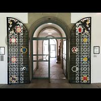 Schaffhausen, Münster (ehem. Kloster zu Allerheiligen), Schmiedeeiserne Flügeltür im Kreuzgang zum Museumseingang