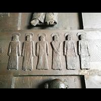 Schaffhausen, Münster (ehem. Kloster zu Allerheiligen), Bodenplatten mit in Stein gehauenen Evangelistenfiguren