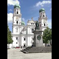 Passau, Dom St. Stephan, Domplatz mit Denkmal des bayerischen Königs Maximilian I. (1824) und Dom