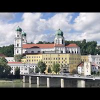 Passau, Dom St. Stephan, Blick vom St. Gertraud-Platz auf den Stephansdom