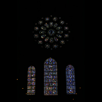 Chartres, Cathédrale Notre-Dame, Rosette und bunte Glasmalereifenster in der Rückwand